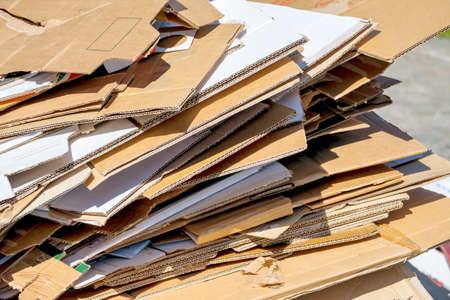 Kartons warten darauf, von den Müllwagen abgeholt. Recycling von Altpapier. Lizenzfreie Bilder
