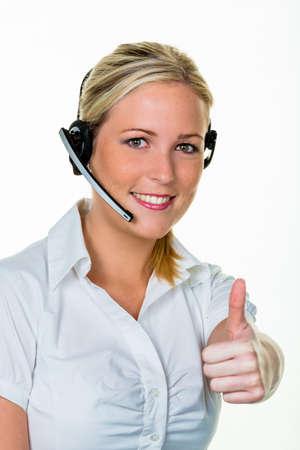 Jonge vrouw met hoofdtelefoon telefoon in het kantoor om acceptatie. hotline en klantenservice. Stockfoto - 39447935