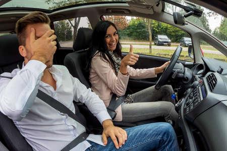 ir al colegio: una pareja que viajaba en un coche