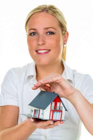 single familiy: un agente de la propiedad con una casa y una clave. arrendamiento y propiedad ventas exitosas de corredores de bienes ra�ces.