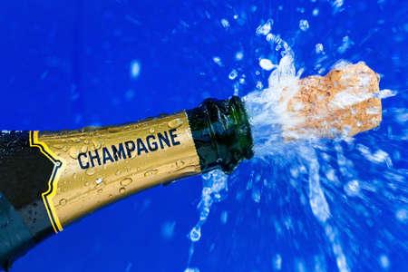 corcho: se abre la botella de champán. corcho tira desde la botella de champán. foto simbólica para el año, noche vieja, fiestas y aberturas. Foto de archivo