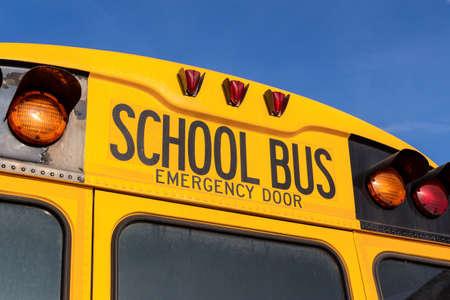een typische Amerikaanse schoolbus geel Stockfoto