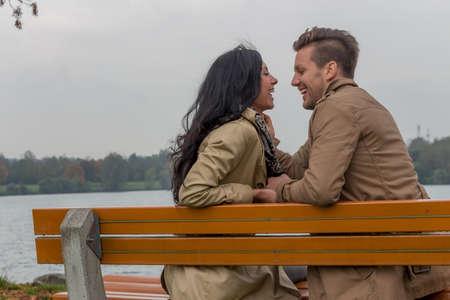 joie: Eine junge, verl liebtes Paar sitzt auf einer Parkbank