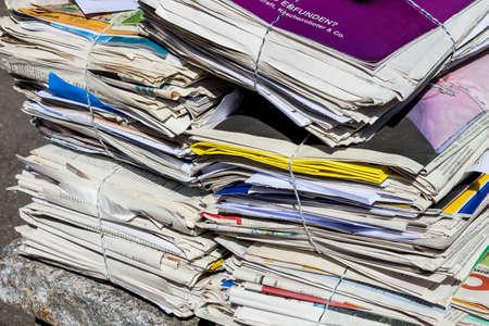 reciclaje de papel: una pila de periódicos viejos listo para ser retirado por la eliminación de residuos de papel Foto de archivo