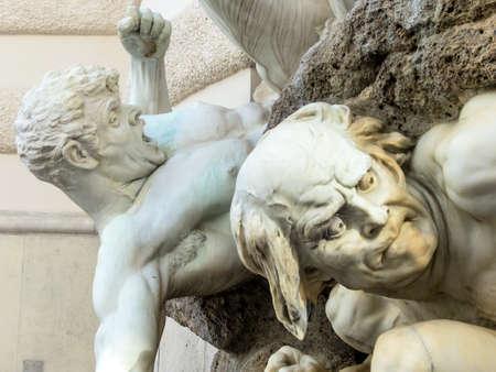 Skulpturen an der Fassade eines Stadthauses in Wien