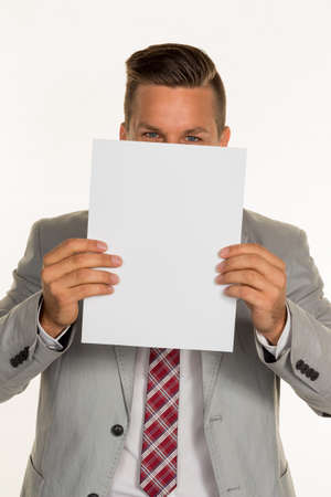 show bill: un joven empresario sosteniendo una hoja en blanco sobre su cara.