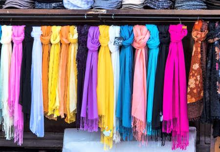 Selectie van sjaals, symbolfoto voor dames mode, selectie, verkoop Stockfoto - 40372927
