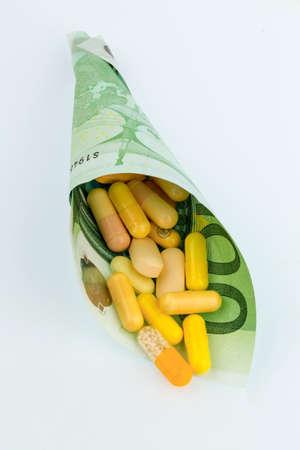 one hundred euro banknote: tabletas y un s�mbolo de billetes de cien euros de fotos: gastos de medicina y los medicamentos de la industria farmac�utica