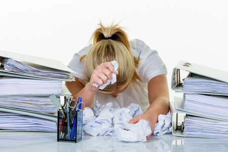 jonge vrouw in het kantoor wordt overstelpt met werk. burn-out op het werk of studie.