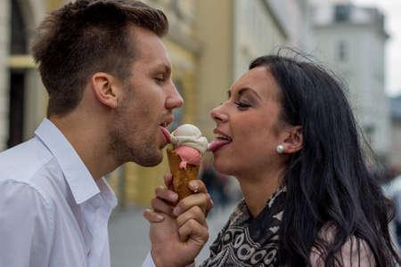 leis: una giovane coppia con una borsa di ghiaccio. coni gelato come rinfrescare in estate
