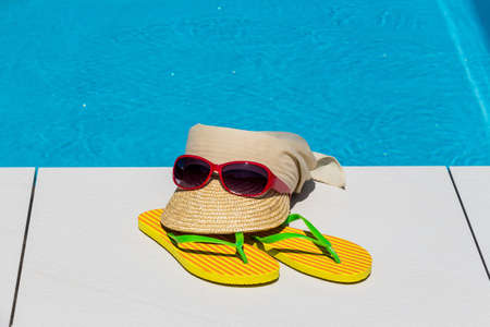 relaxen: utensils for a nice relaxing vacation day lying next to a swimming pool. relaxation on vacation. Stock Photo