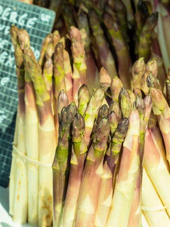 gamme de produit: une nouvelle alliance avec les asperges dans un marché de légumes Banque d'images