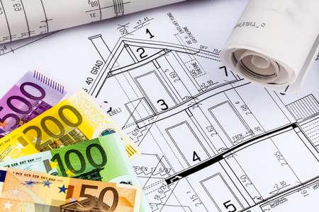 single familiy: un plano de un arquitecto con el dinero del euro. foto simb�lica para la financiaci�n y la planificaci�n de una nueva casa.
