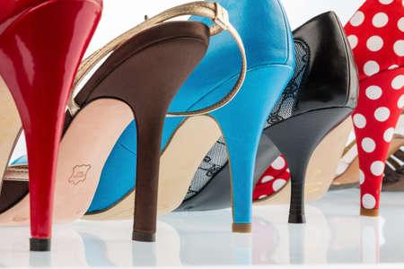 tienda de zapatos: zapatos diferentes colores con tacones hiohen. aislado en fondo blanco