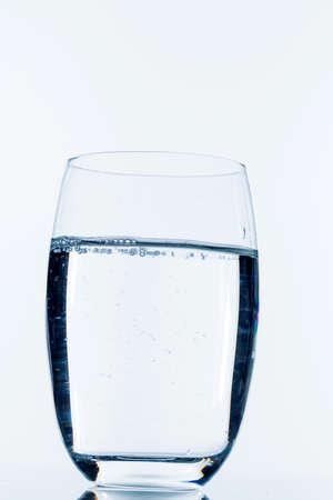 glas met water, symbool foto voor drinkwater, versheid, de vraag en het verbruik