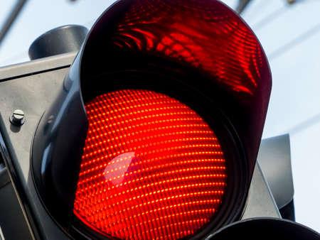 luz roja: un semáforo muestra la luz roja en el camino.