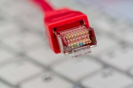 Cable network: cable de red en el teclado, s�mbolo foto para este pc, el comercio electr�nico, las comunicaciones globales