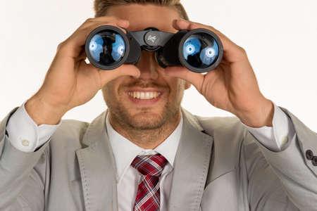 jovenes empresarios: un gerente (j�venes empresarios) con los prism�ticos en busca de empleos o puestos de trabajo