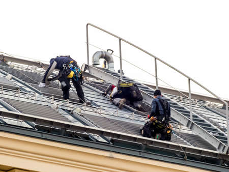 anuncio publicitario: el techo de una casa es de nueva fijó, techadores en el trabajo