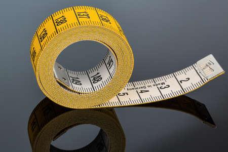 cinta metrica: cinta métrica amarilla, symbolfoto para el control de la dieta y de precisión