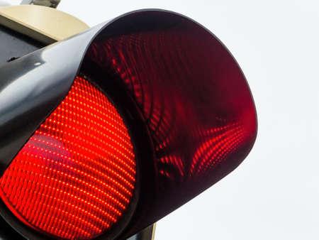 een verkeerslicht toont rood licht. symbolische foto voor onderhoud, exit en risico. Stockfoto