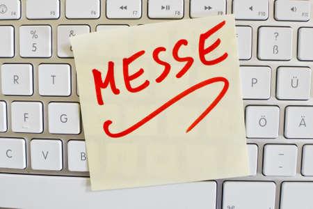 exhibidor: una nota en el teclado de una computadora como un recordatorio: justo