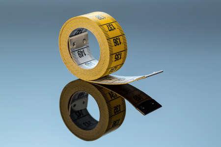cintas metricas: cinta métrica amarilla, symbolfoto para el control de la dieta y de precisión