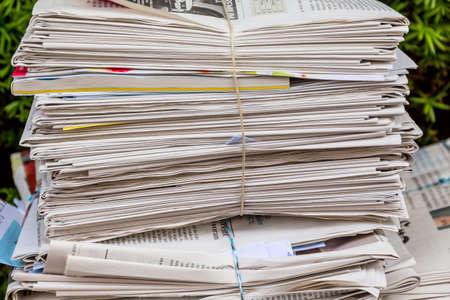 recoger: una pila de periódicos viejos listo para ser retirado por la eliminación de los residuos de papel Foto de archivo