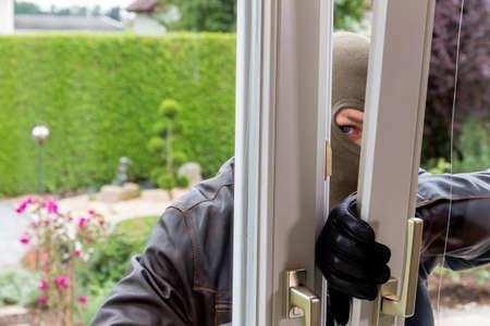 delito: un ladrón intenta en una ventana abierta con un descanso palanca