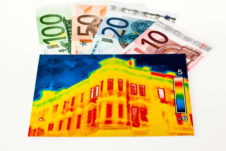 immobilien: saving energy through thermal insulation. house with thermal imaging camera photographed. Stock Photo