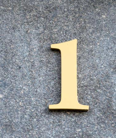 numero uno: el número de oro uno en una pared