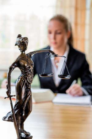 jurisprudencia: de negocios sentado en una oficina. símbolo de la foto para los gerentes, auto o un abogado.