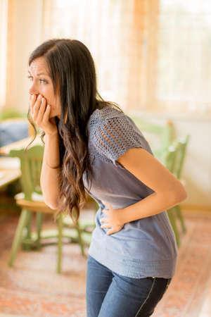 dolor de pecho: una joven mujer tiene dolor en el abdomen Foto de archivo