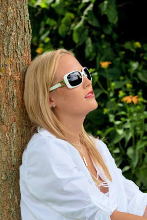 relaxen: portrait of a woman wearing sunglasses. relax with protection against uv rays sonnenlichtund