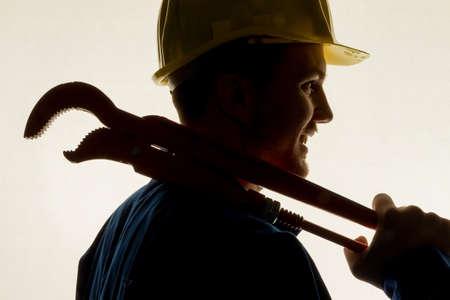 fontanero: trabajadores de una empresa comercial con casco delante de fondo blanco