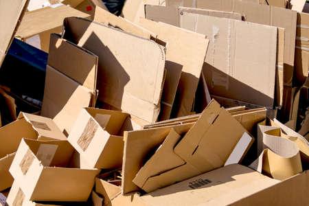 gospodarstwo domowe: Kartony czekające na odebranie śmieciarki. Recykling odpadów.