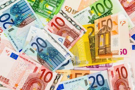 vielen verschiedenen Euro-Banknoten. Symbolfoto für Wohlstand und Investitionen.