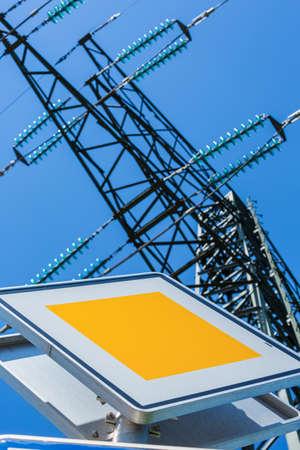 torres de alta tension: polos de una línea de alta tensión. torres de electricidad.