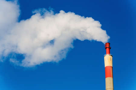 ózon: chimney of an industrial company with smoke. symbolic photo for environmental protection and ozone.