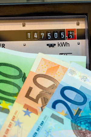 electricidad: un contador de electricidad mide la corriente consumida. salvar symbolfoto de precio de la electricidad y la electricidad Foto de archivo