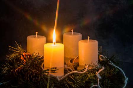 sol: una corona de Adviento para Navidad promete un ambiente romántico en el advenimiento silencio.