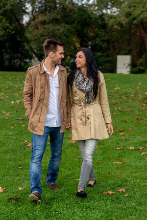 vivre: a young, verl liebtes couple in a park