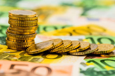 encogimiento: sola pila de monedas de dinero monedas de la mentira, el s�mbolo de la foto para la inversi�n, el riesgo y ca�da de beneficios Foto de archivo