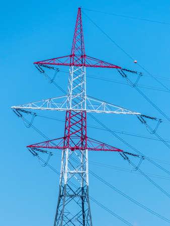 torres el�ctricas: Pilones de una l�nea el�ctrica. pilones de la electricidad. Foto de archivo