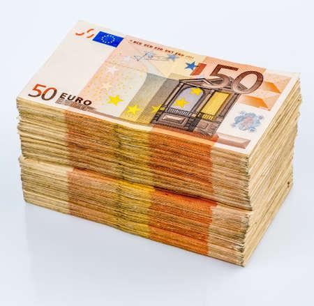 dinero euros: pila de muchos cincuenta billetes en euros. Foto simbólica para el dinero, la riqueza, el ingreso y el gasto
