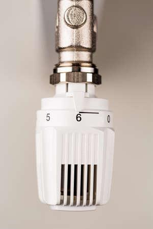 ordenanza: el termostato del radiador está en plena explosión. altos costos de energía de alta temperatura ambiente causa