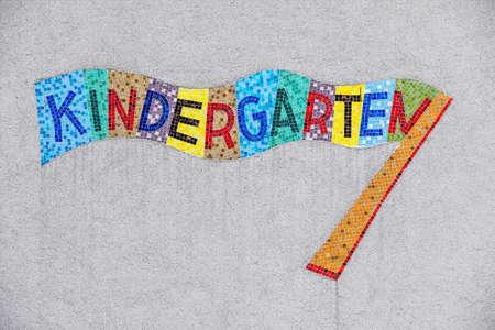 kinder: signo colorido jardín de infantes, símbolo para el cuidado de niños y el niño de uso Foto de archivo