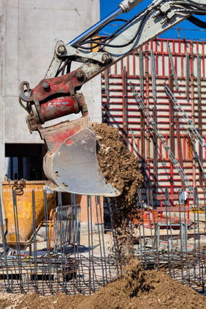 strutting: an excavator with bucket at a construction site