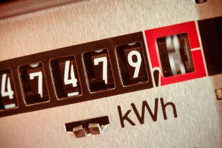 contador electrico: un contador de electricidad mide la corriente consumida. salvar symbolfoto de precio de la electricidad y la electricidad Foto de archivo