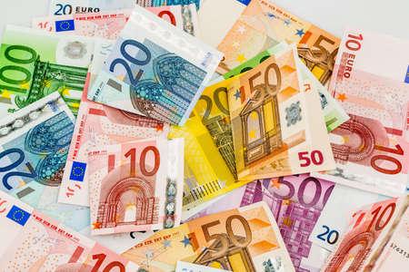 ingresos: diversos billetes de euro. icono de la foto para la riqueza y la inversión.